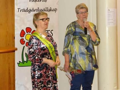 Ann-Christine Svensson avtackar Irene Tjerngren (till vänster) för hennes tid i styrelsen