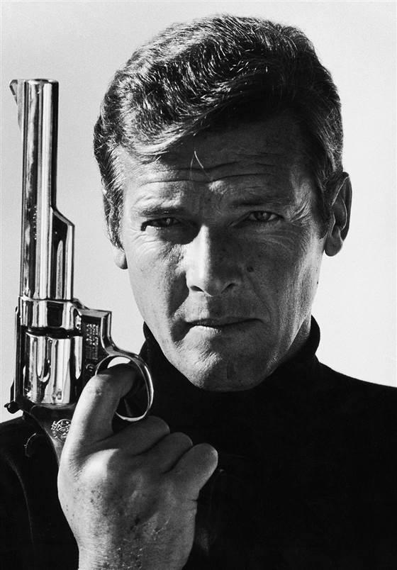 Daniel Craigs James Bond Spectre poster brings back the