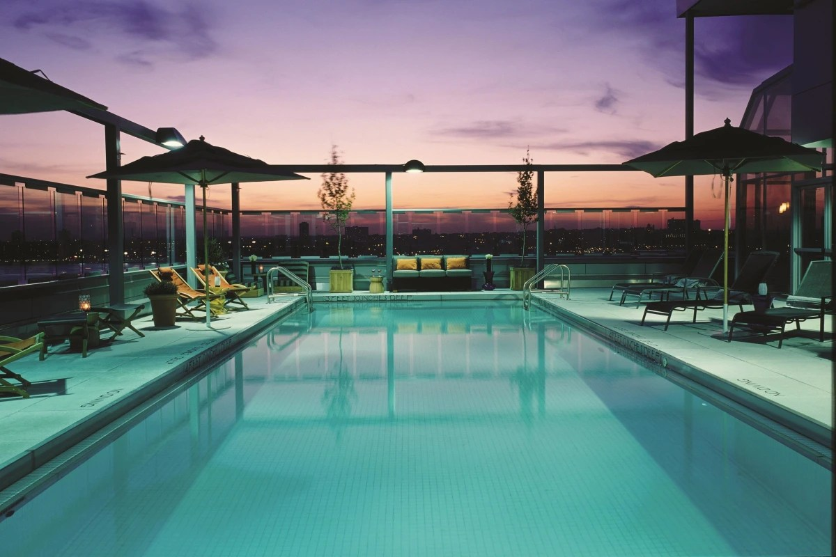 Piscina Con Vista New York Beat The Heat Hotels Open Their Pools To 39daycationing