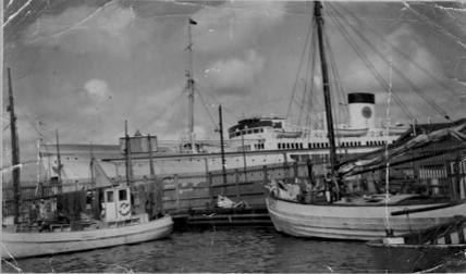 SD 927 Nordkap med flera fartyg och båtar