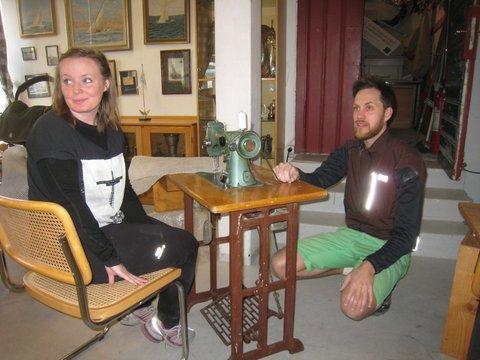 Jennie ock Victor Gillander vid symaskinen som Leffe Wiegurd skänkt till GSS