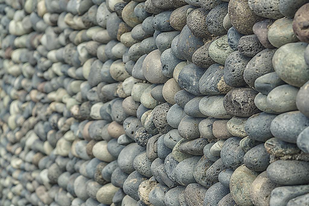 Med mjuka runda stenar byggs hårda kantiga murar