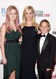 Reese ha i suoi bambini splendidi e amici di gallone dal suo lato mentre riceve un onore enorme di Hollywood