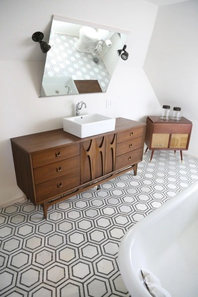 Midcentury modern bathroom looks amazing after a makeover