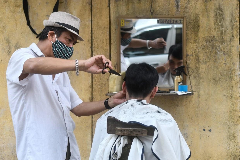 کرونا کے شکار حجام نے 91 افراد کو کرونا کا مریض بنادیا