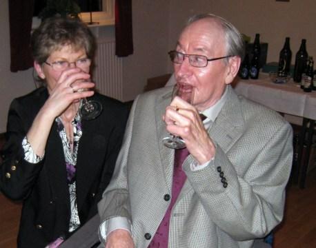 Agne och Elionor Kihlin smuttar på välkomstdrinken