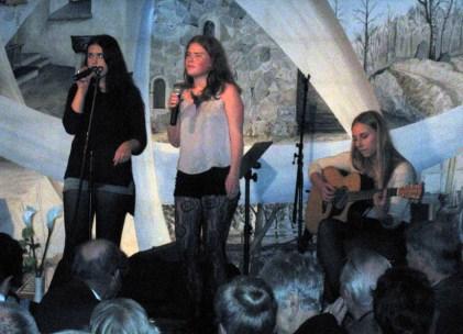 Tre tjejer från Carlforska skolan sjöng och spelade vacker musik.