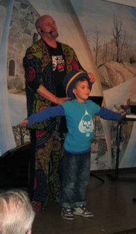 Magikern Zack, med assistenten Emil Kihlin, trollband publiken