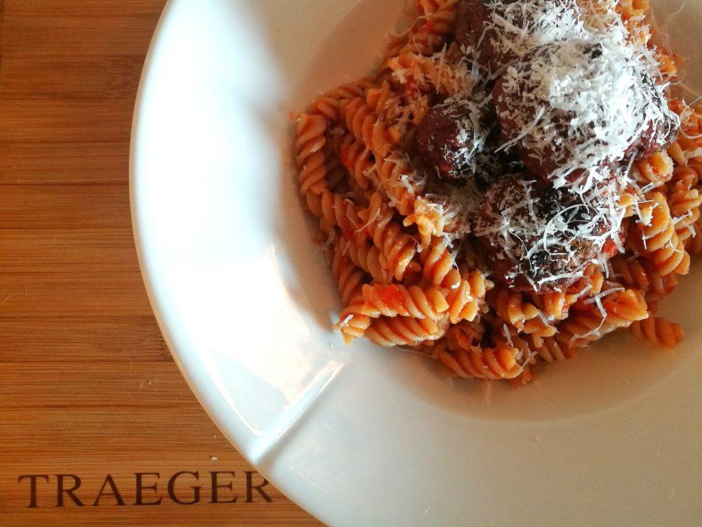Hjemmelagde kjøttboller med tomatsaus og pasta er en familiefavoritt!