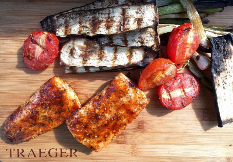 De lett brente grønnsakene danner en flott kontrast til den grillede laksen