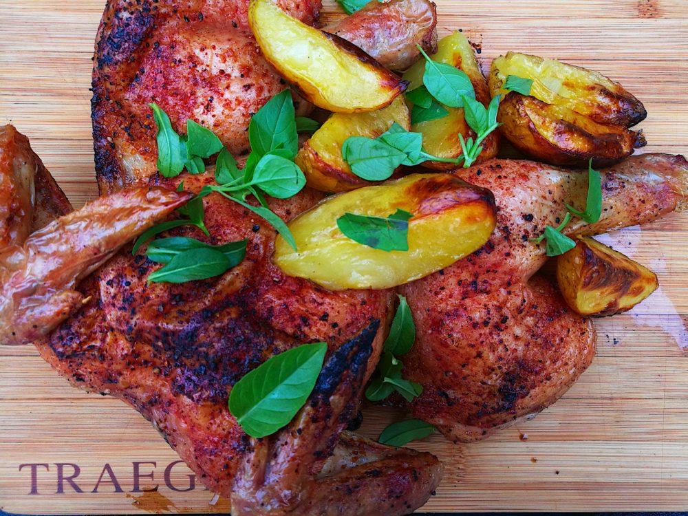 Server kyllingen med stekte potetbåter