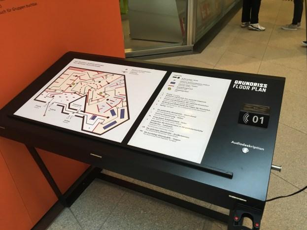 """Taktiles Ausstellungsmodell am Eingang zur Sonderausstellung """"1917. Revolution"""" für sehbehinderte wie auch sehende BesucherInnen. Mit Informationen in deutscher, englischer Sprache und Braille."""