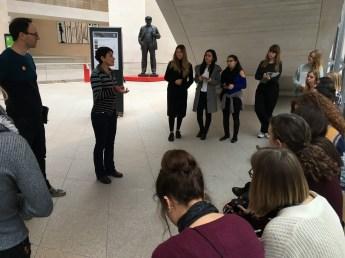 Brigitte Vogel vom DHM mit der Exkursionsgruppe in der Ausstellungshalle I.M. Pei