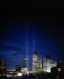 「9.11」1周年にNYグラウンドゼロに灯された光のモニュメント (2002) 撮影:伊藤みろ