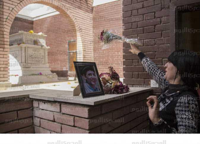 في ذكرى حليم فتاة تجهش بالبكاء أمام قبره ومسؤول