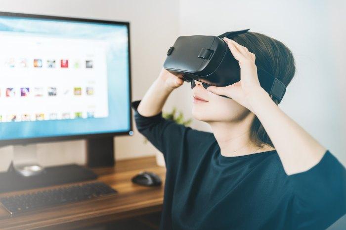 Woman wearing an virtual reality headset