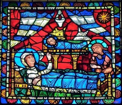 Nos vitrais medievais: Menino Jesus recém-nascido repousa sobre um altar