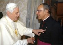 Bento XVI tocando a cruz de Santiago de Mons. João Clá Dias - Arautos do Evangelho