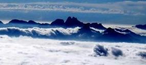Região Serrana - montanhas envolta de nuvens