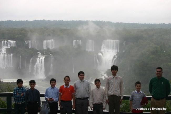alunos do Projeto Futuro & Vida visitam as Cataratas do Iguaçu