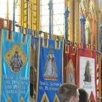 Estandartes com os padroeiros das várias sedes dos Arautos do Evangelho