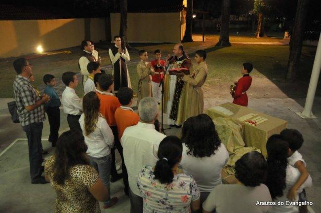 Bênção das velas na sede dos Arautos do Evangelho de Recife, presidida pelo Pe. Célio Casale