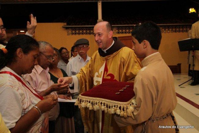 Pe. Célio Casale entrega os medalhões aos Mensageiros de Fátima