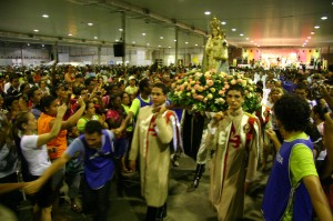Arautos conduzem a imagem de Nossa Senhora da Penha no Vinde e Vede 2011 - Serra/ES