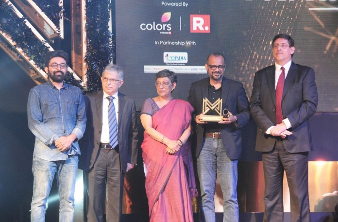 image-SAREGAMA-TEAM-MEMBERS-COLLECTING-award-Marquees-2018-awarded-to-best-brands-by-Ad-Club-MediaBrief-2