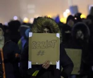 """Cine seamănă vânt culege furtună. La ce ne-au adus înjurăturile """"tinerilor frumoși și liberi"""" și epoca Băsescu"""