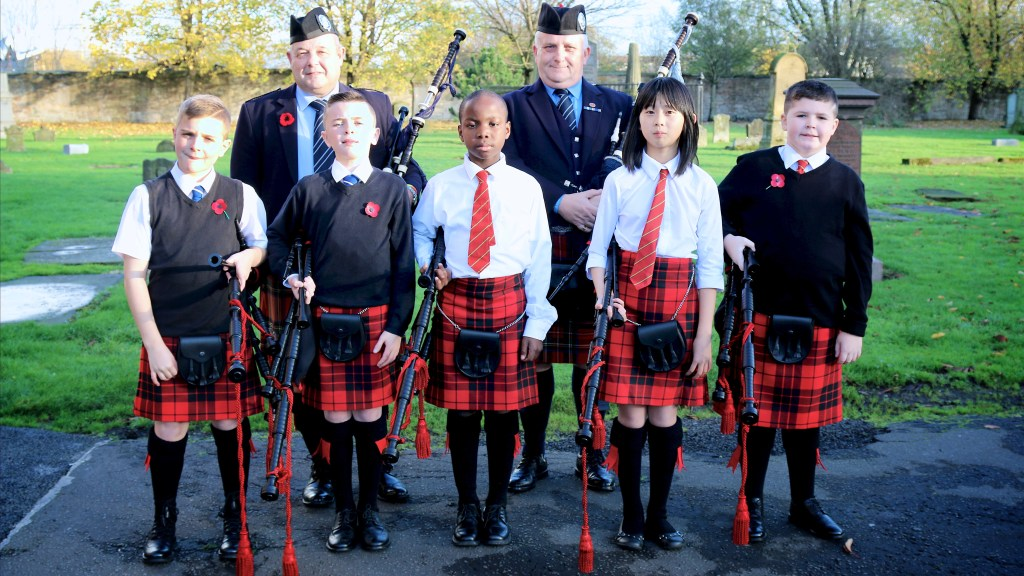 Group photo of Wee Govan Pipers with tutors
