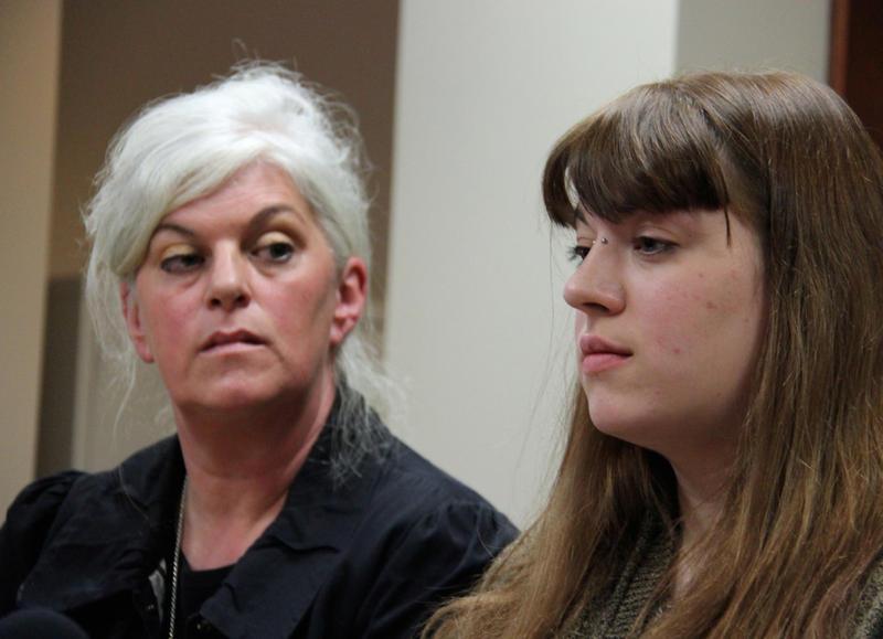 Miranda Lewis (a destra), con la madre Marina Mauvoleon-Folsom.  Lewis e la sorella maggiore hanno fatto causa alla congregazione Bellows Falls dei testimoni di Geova oltre aggressioni sessuali che dicono è avvenuto quando erano meno di cinque anni.