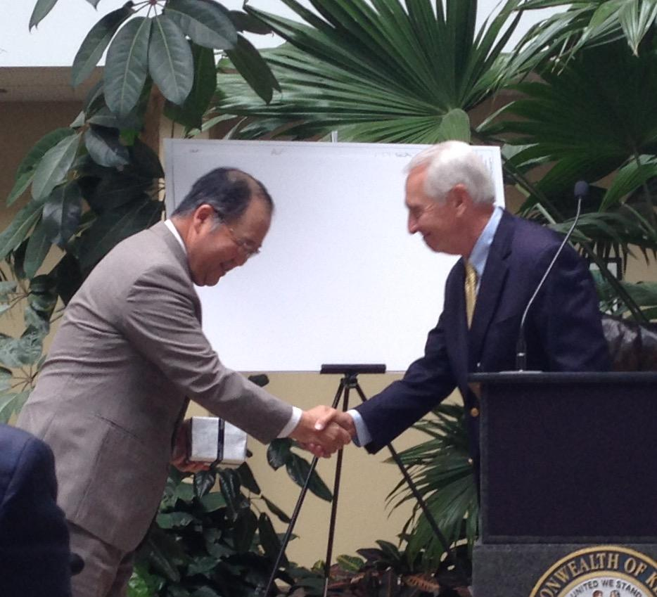 hight resolution of masayoshi fuse president of sumitomo electric wiring systems inc north america shakes hands with gov steve beshear