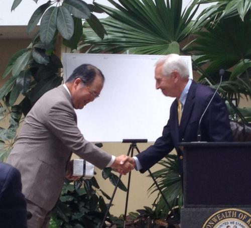 small resolution of masayoshi fuse president of sumitomo electric wiring systems inc north america shakes hands with gov steve beshear