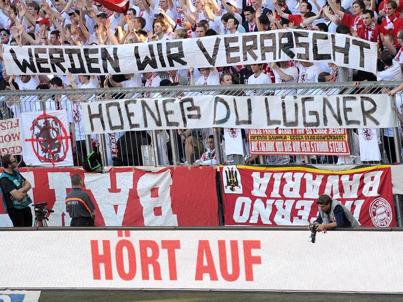 Uli Hoeneß wird aus der Bayern-Kurve scharf attackiert (Foto: kicker.de)