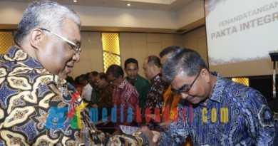 Gubernur Ali Mazi menyerahkan DIPA kepada Bupati Buton Utara Abu Hasan. (Foto: Kuming Biro Kerjasama dan Komunikasi Publik Setda Sultra for mediakendari.com)