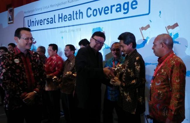 Bupati Konkep, H Amrullah saat menerima penghargaan UHC dari Mantan Mendagri, Tjahyo Kumolo. Ist