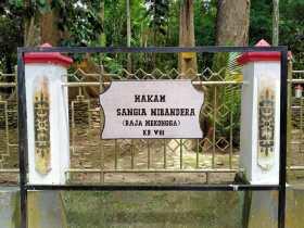 Pemakaman Raja VIII, Sangia Nibandera yang terletak di Desa Tikonu, Kecamatan Wondulako Kabupaten Kolaka.
