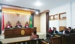 Dr Kaimuddin Haris, saksi ahli yang dihadirkan oleh JPU saat dimintai keterangannya oleh hakim PN Pasarwajo atas kasus yang menjerat Muhammad Sadli Saleh, wartawan di Buton Tengah. Foto: Adhil/Mediakendari.com