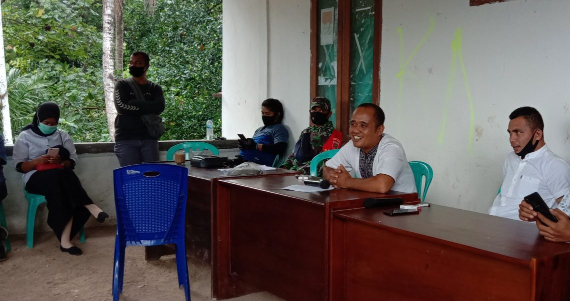 Penjabat Kades Rante Gola, Hasmin (kedua dari kanan) dan Sekretarisnya, Sartono (kanan) saat menerima massa aksi. Foto: La Ode Adnan Irham