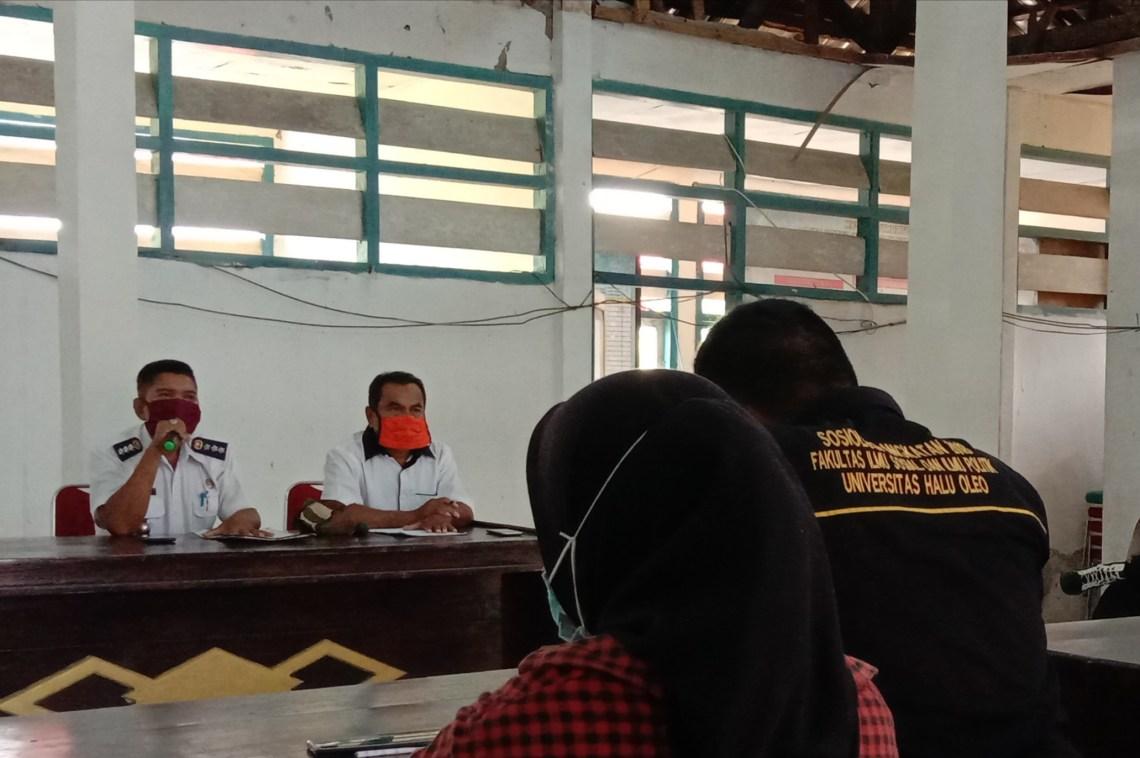 Camat Bonegunu, Amrin Amin (kiri) saat menerima demonstran di kantornya, Rabu 17 Ferbruari 2021. Foto: La Ode Adnan Irham