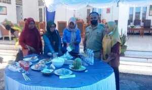Sekretaris Camat Kecamatan Bonegunu Junaidin, SE bersama ibu-ibu TP-PKK Kecamatan Bonegunu. foto ist