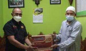 Ketua Arokap Sultra menyerahkan bantuan sembako kepada pengurus yayasan dalam kegiatan peduli dan berbagi