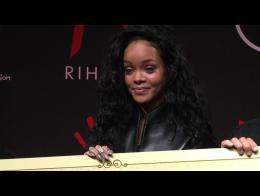 Rihanna présente à Paris un tee-shirt vendu pour sa fondation