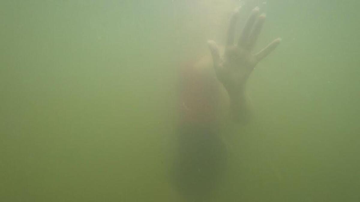 Молодожёны устроили фотосессию на берегу океана. Всё было красиво, пока их неожиданно не снесло в воду