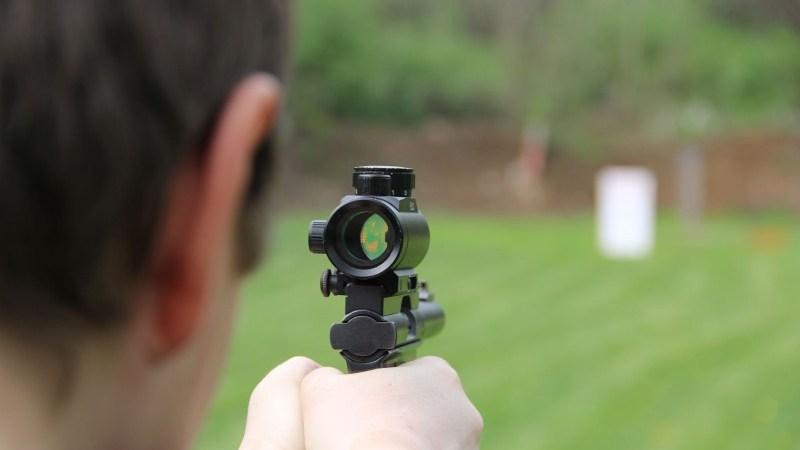 dziennikarz sięga po broń