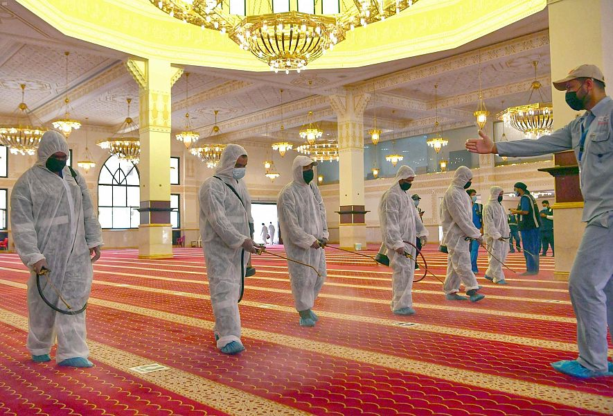 السعودية تغلق 10 مساجد بعد وفاة مؤذن بالفيروس