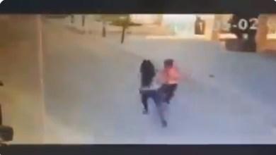 امرأة لبنانية تعتدي بالضرب الوحشي على طفل سوري ... فيديو