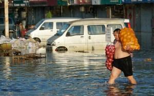 تحذيرات من احترار المناخ في عالم تضربه موجات حرّ وفيضانات متتالية.
