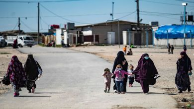 """قامت القوات سوريا الديمقراطية """"قسد"""" بنقل 300 عائلة من عائلات """"داعش"""" من مخيم الهول إلى مخيم روج بريف الحسكة، لحصرهن في مخيم واحد والسيطرة على الأمن"""